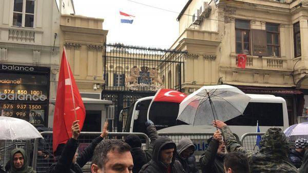 La insignia de los Países Bajos ondea en el consulado momentos antes se ser reemplazada (@SidselWold)