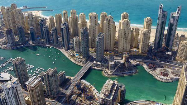 Los críticos señalaron que dadas sus restricciones a las libertades civiles, el emirato de Dubai difícilmente podríapensar en la felicidad de sus habitantes.