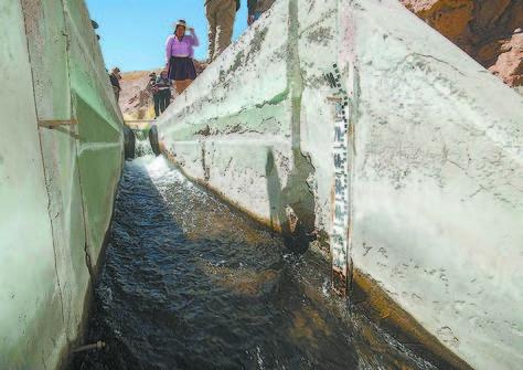 Una parte de las canalizaciones hechas por Chile para llevar el flujo del manantial hacia su territorio