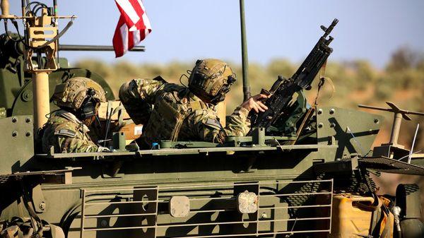 Tropas estadounidenses recién llegadas a Siria recorren los alrededores de Manjib, en el norte (AFP)