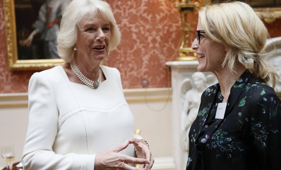 Camilla Parker y la actriz Gillian Anderson, en la recepción de Mujer del Mundo en Buckingham Palace.