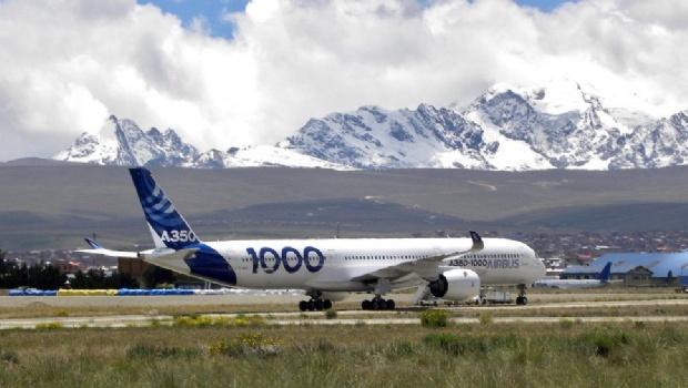 El gigante avión Airbus A350-1000 se prueba en la altura de La Paz