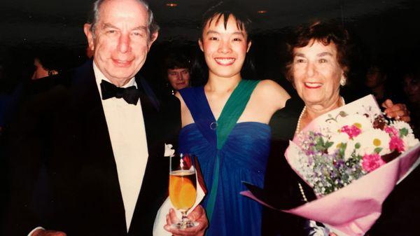 Roman y Melanie Totenberg junto a Mira Wang, durante un concierto en Nueva Zelanda en 1986 (The Washington Post)