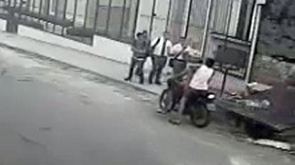 Los delincuentes se aproximan a los jóvenes misioneros. Se llevarían una sorpresa inesperada