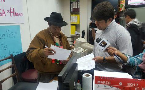 El oficial Mayor de la Cámara de Diputados, Luis Fernando Vía, entrega al diputado de UD Rafael Quispe la notificación de su suspención. Foto: Carlos Nogales