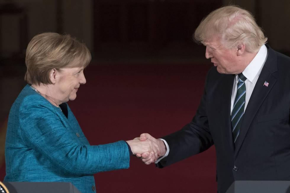 Donald Trump estrecha la mano de la canciller alemana, Angela Merkel.
