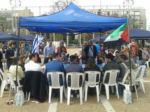 Una de las carpas en la que se reunieron israelíes y palestinos en la Plaza Itzhak Rabin de Tel aviv