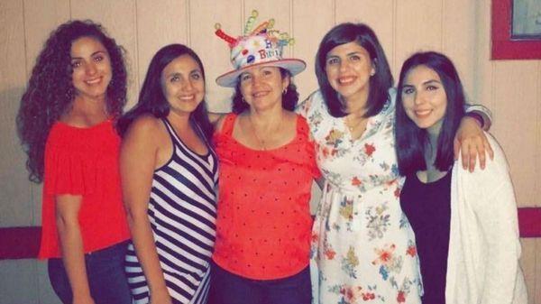 Las hermanas Ana Carrillo, Elvia Zarate-Carrillo, Diana Carrillo y Brenda Carrillo, junto con la madre Guillermina (centro) (Brenda Carrillo via The Washington Post)