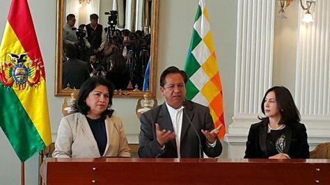 La vicecanciller de Bolivia, Guadalupe Palomeque, el ministro de la Presidencia, René Martínez, y la viceministra de Gestión Institucional, María del Carmen Almendras.