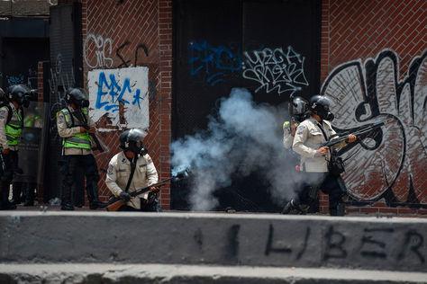 Efectivos de la Policía venezolana disparan bombas de gas a manifestantes. Foto: AFP