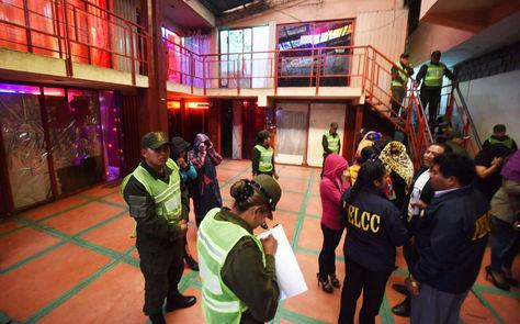 Policías inspeccionan el sitio tras el operativo.