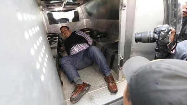 Acosados por la presión de la prensa, los policías dejaron a Duarte como pudieron dentro de la patrulla