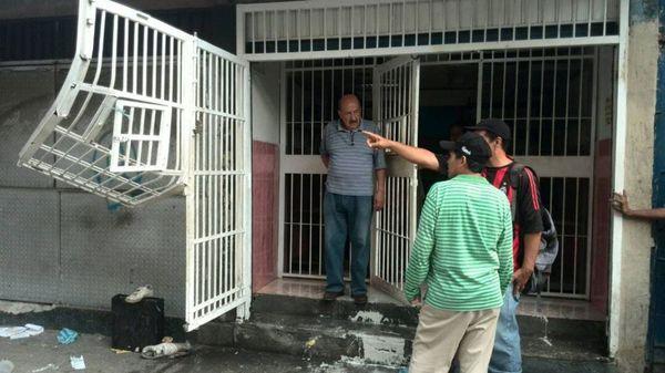La GNB reaccionó alrededor de las 4:30 de la madrugada y dispersó a los saqueadores con gases lacrimógenos