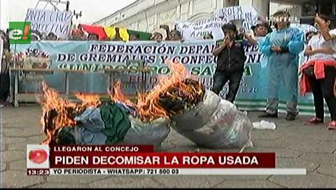 """Confeccionistas marcharon contra la venta """"desleal"""" de ropa usada en el país"""