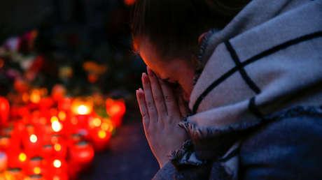 Una mujer reza tras el atentado en Berlín