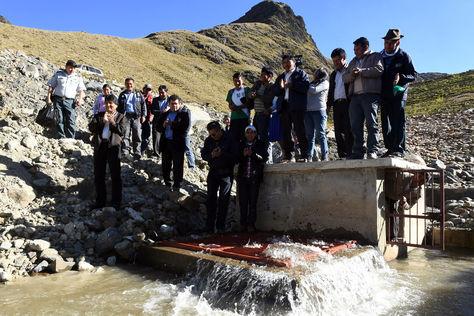 """El presidente Evo Morales junto al gobernador de Cochabamba, Iván Canelas entregaron la represa y sistema de riego denominado """"Chogo Laguna"""". Foto:ABI"""