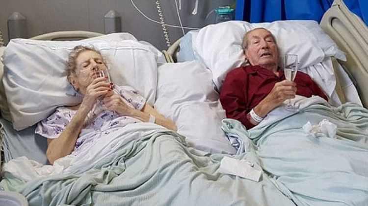 Bert y Beatrice Whitehead toman una ultima copa de champagne en el hospital