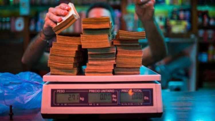 La elevada inflación llevó a los venezolanos a pesar los billetes en lugar de contarlos