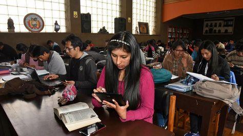 Estudiantes universitarios utilizan varios dispositivos con acceso a internet. Foto: Miguel Carrasco