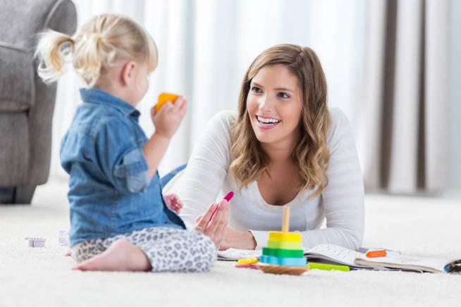 A veces la relación afectiva es mayor con la niñera que con los padres. (iStock)