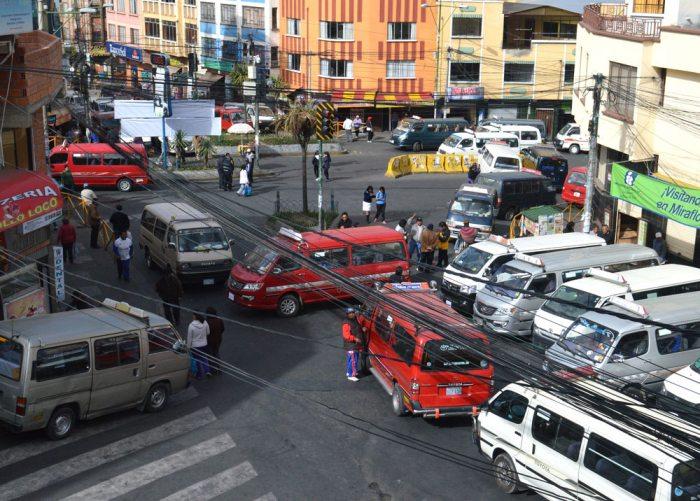 La Paz amaneció bloqueada por los choferes que se desplegaron por 44 puntos en sectores estratégicos de la ciudad.