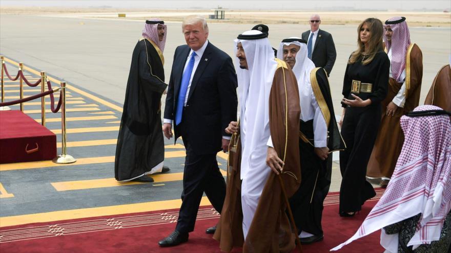 El presidente de EE.UU., Donald Trump (izda.), junto al rey saudí, Salman bin Abdelaziz Al Saud, a su llegada al Aeropuerto Internacional de Riad, 20 de mayo de 2017.