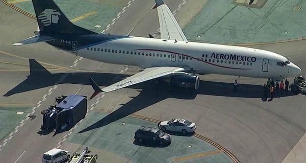 El avión derribo con su ala derecha un camión en la pista. (Twitter)