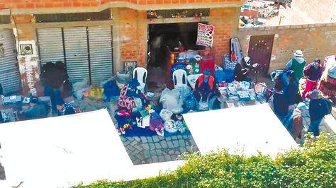 El puesto en El Alto donde se comercializa Ferrasol vencido, junto con jeringas y ampollas pasadas.