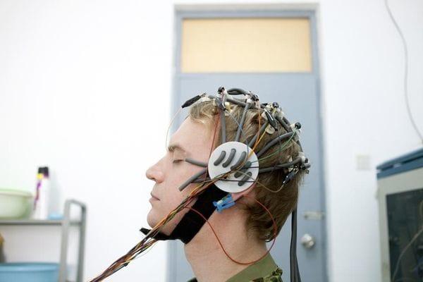 El ruido en el centro hace que sea difícil poder estar quieto y tener pensamientos felices durante la prueba del EEG. Foto por Giulia Marchi.