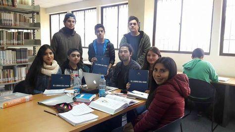 Estudiantes de la Universidad de La Serena muestran los números del Libro del Mar. Foto: Casa Bolívar La Serena
