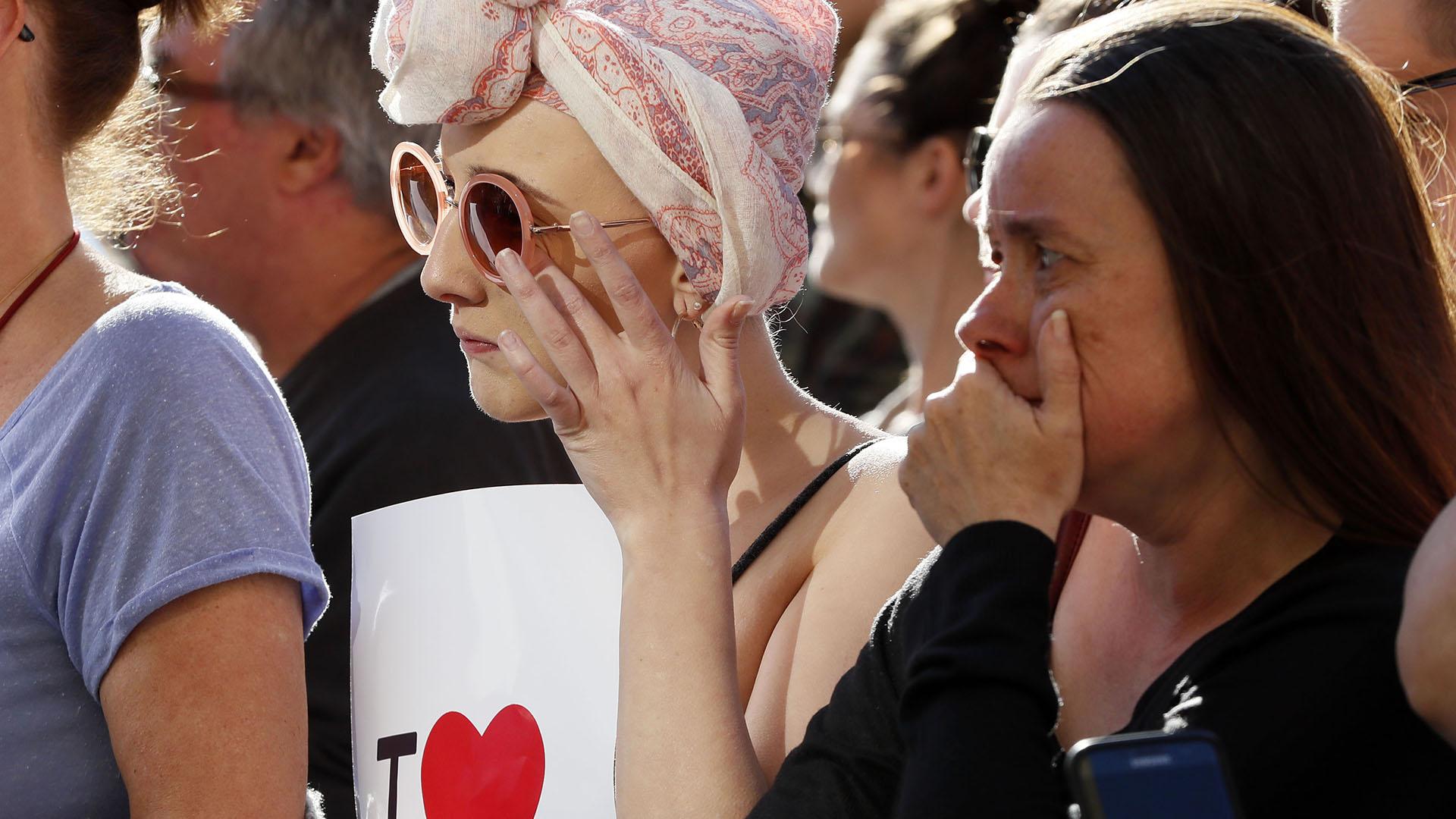 Llanto y conmoción en los rostros de dos mujeres durante la multitudinaria vigilia (AP)