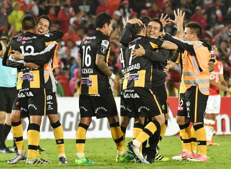Jugadores de The Strongest celebran el resultado obtenido en Colombia. Foto: APG