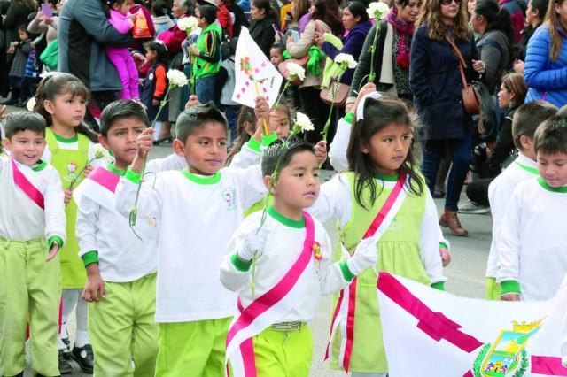HOMENAJE. Los niños de nivel inicial comenzaron los desfiles de conmemoración del 208 aniversario del Primer Grito de...