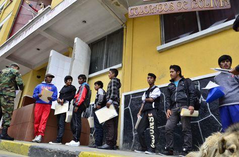 Jóvenes hacen fila para el reclutamiento militar en 2016, en el Regimiento de infantería Colorados de Bolivia en La Paz.