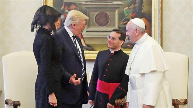 Luego de media hora en privado ya había habido un deshielo; ni bien saludó al Papa, Melania le pidió que le bendijera un rosario