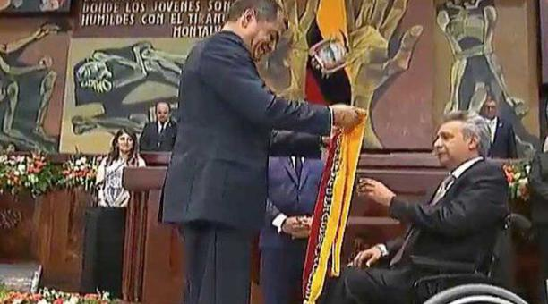 Correa decidió no hacer discursos al entregar el mando y únicamente dejó el informe a la Nación por escrito en el Palacio Legislativo. Foto: Twitetr Presidencia ECU (@Presidencia_Ec)