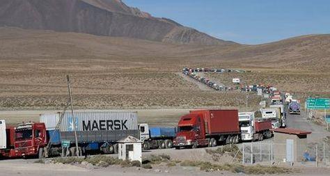 Transportistas bolivianos afectados por un paro en Chile hacen una larga fila para ser atendidos en el puesto fronterizo de Chungará. Foto: Pedro Laguna - archivo