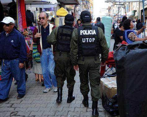 Policías en labores de control de seguridad ciudadana en La Paz.