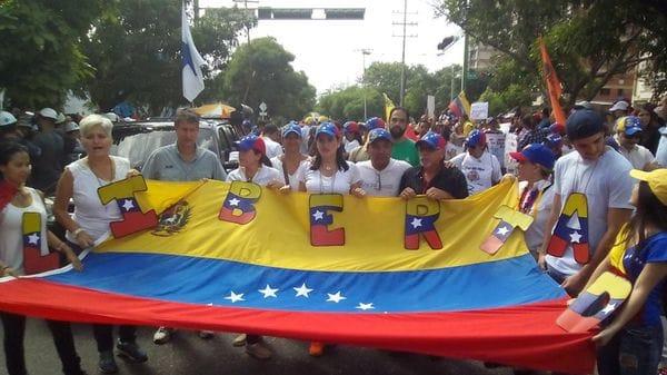 Los venezolanos marchan a los cuarteles (@Luijo02)