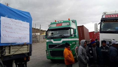 Paro aduanero en Chile perjudica a ciento de transportistas en frontera.