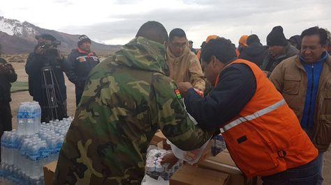 Entrega de víveres a los choferes de transporte pesado que se encuentran varados en la frontera con Chile por el paro aduanero del vecino país.