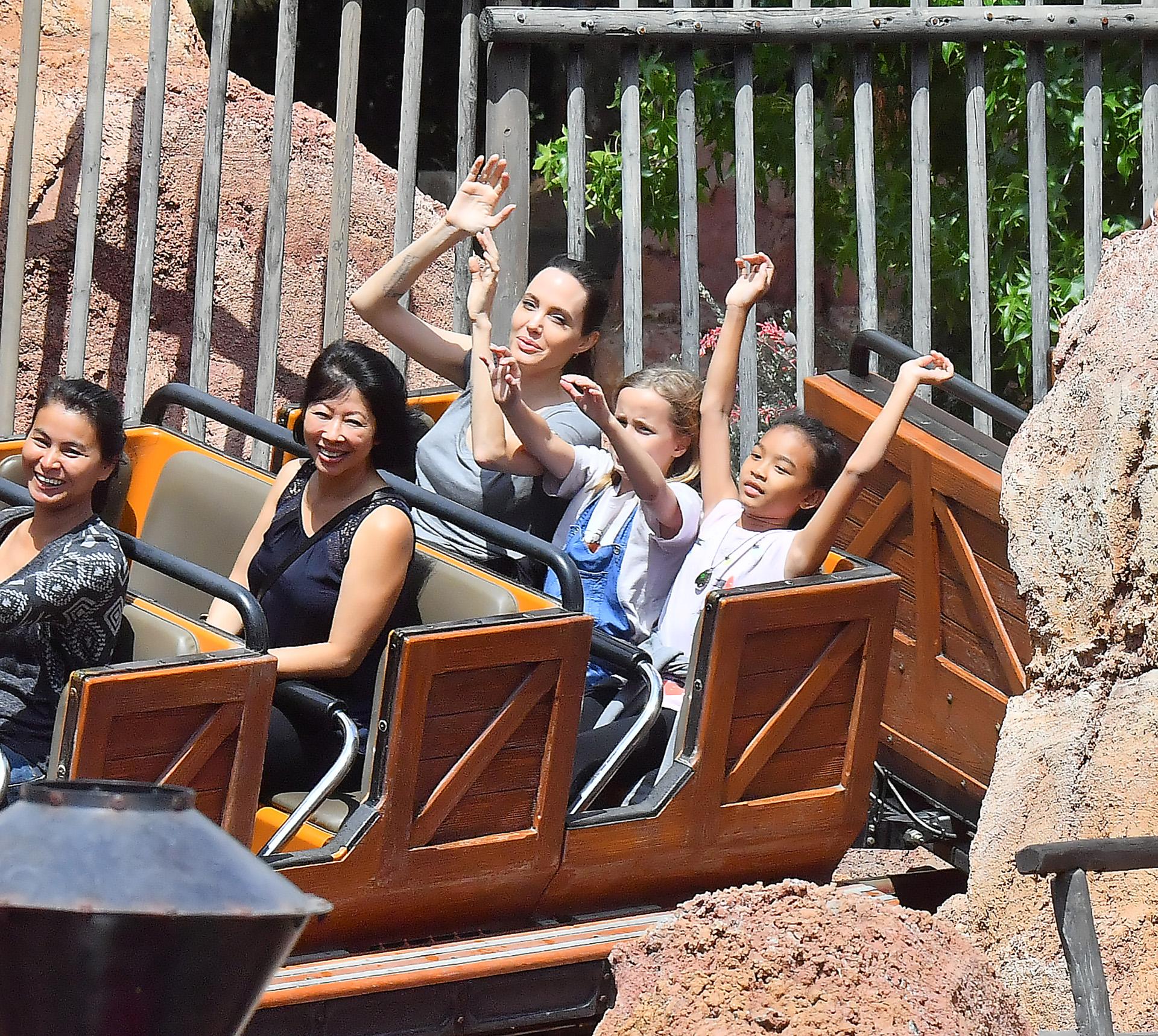 Angelina Jolie y sus hijos fueron a Disneylandia el viernes para celebrar el 11º cumpleaños de Shiloh