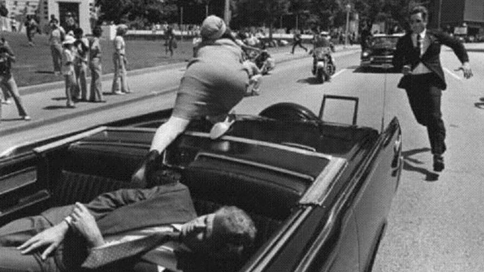 El dramático momento en el que Kennedy es alcanzado por las balas de un francotirador en Dallas, Texas, en 1963, mientras viajaba con Jackie