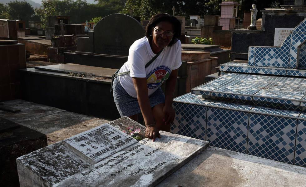 Rosângela, hija de Garrincha, junto a la tumba.