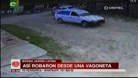 Sujetos en una vagoneta roban la cartera a una mujer, la arrastraron varios metros