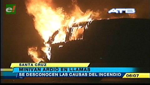 Santa Cruz: Vehículo se incendia en pleno centro de la ciudad