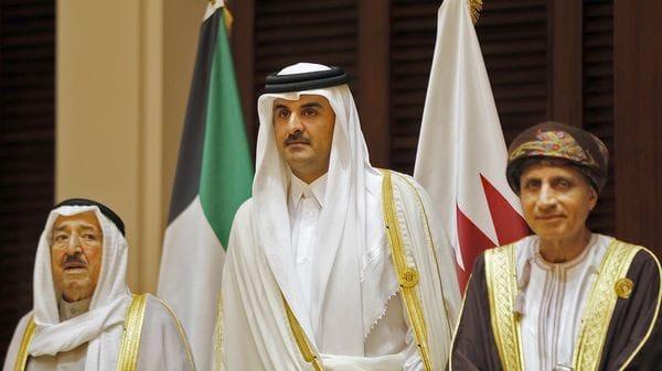 El emir de Qatar, Tanim bin Hamad al Thani, rodeado por el emir de Kuwait a su derecha, Sabah al Ahmad al Jaber al Sabah, y el ministro de Exteriores de Oman a su izquierda, Yusuf bin Alawi, durante una reunión del CCG. Oman y Kuwait no se sumaron al bloqueo de Qatar (AFP)