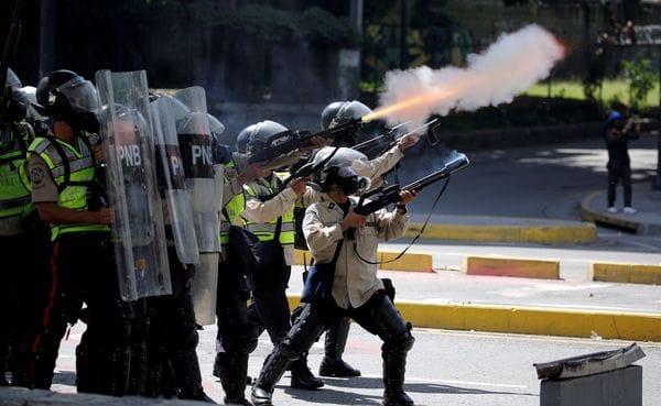 Agentes de la Guardia Nacional Bolivariana durante las protestas contra el régimen de Nicolás Maduro (Reuters)