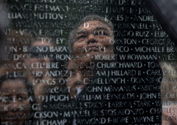 Vu Ngoc Xiem enel Memorial de Vietnam: el Proyecto 2 Ladosmuestra a hombres y mujeres que perdieron a sus padres en ambos bandosde la guerra. (Foto: Evelyn Hockstein/The Washington Post)