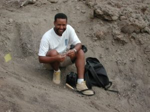 Zeresenay Alemseged en Dikika, Etiopía, en el sitio donde descubrió los restos de Selam (Foto: cortesía de la Universidad de Chicago)